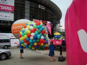 balony z helem gotowe do wypuczenia czekają na znak organizatora eventu