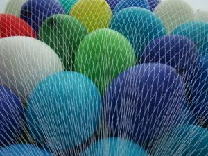 kolorowe balony z helem w siatce