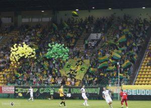 wypuszczenie 300 balonów z helem podczas meczu piłkarskiego