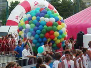 wypuszczenie 700 balonów z helem na imprezie pod katowickim Spodkiem