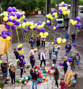 balony-z-helem-na-imprezie-firmowej