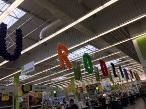 napis-z-balonów-na-urodziny-marketu-leroy-merlin