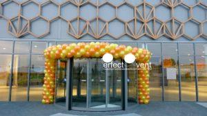 brama balonowa przed centrum handlowym