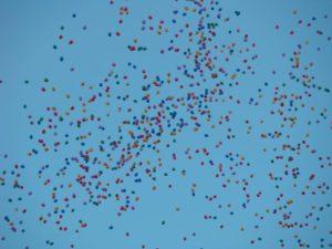 efekt wypuszczenia balonów z helem