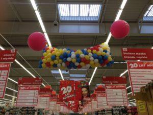 grad-balonów-wypuszczenie-balonów-z powietrzem-na-klientów