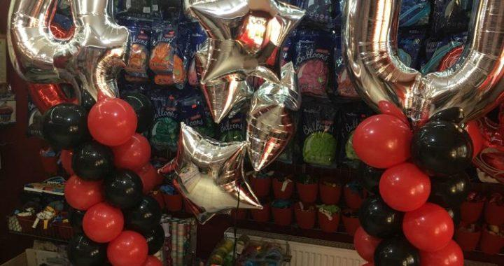 kolumny balonowe na urodziny z cyframi