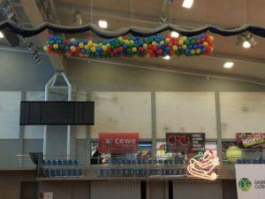 wypuszczenie balonów pompowanych powietrzem