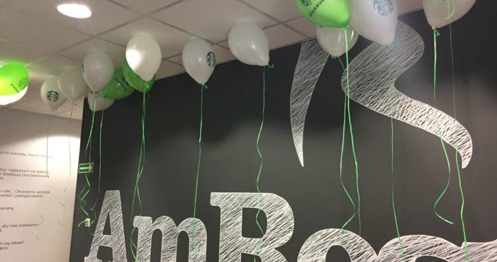 Balony z helem pod sufitem