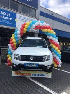 łuk z balonów nad autem w loterii urodzinowej Castorama