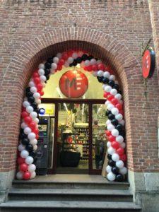 brama z balonów na otwarcie Małpka Express przy krakowskim rynku