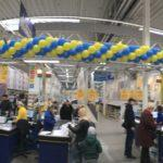 zdjęcie panoramiczne długa girlanda balonowa nad linią kas
