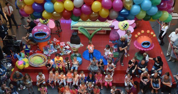 siatka z balonami nad głowami uczestników eventu
