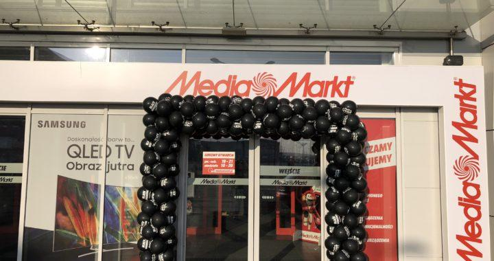 Brama balonowa z czarnych balonów dla Media Markt z okazji Black Friday