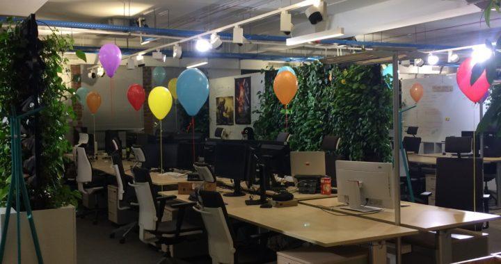 kolorowe balony z helem w gliwickim biurowcu SAP
