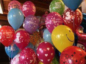 kolorowe balony z helem - bukiet balonowy dla dzieci z balonow z helem