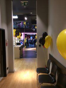 balony z helem w Złotych Tarasach jako dekoracja sklepu Trendy Opticans