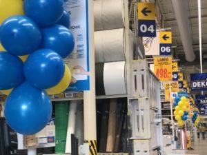 girlanda z balonów - zwisający sopelek nad punktem porad - 21 urodziny Castorama