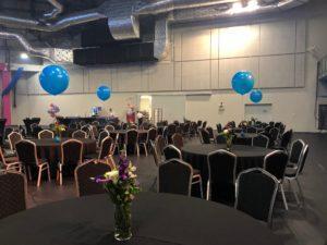 balony olbrzymy z helem tworzące stoik na stołach bankietowych