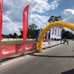 brama balonowa ze złotych balonów z logo Złote Tarasy podczas Color Run