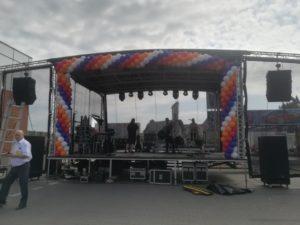 dekoracja balonowa sceny z okazji urodzin Galerii Emka w Koszalinie