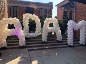 litery z balonów - dekoracja na urodziny