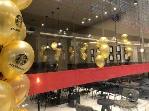 balony z helem wewnątrz lokalu Starbucks Promenada