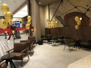 dekoracja balonami wewnątrz kawiarnii Starbucks