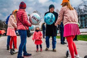 hostesy rozdające balony foliowe z nadrukiem libero