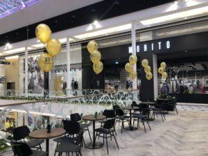 stroiki balnowe z balonów napelnionych helem z logo Starbucks w Galerii Handlowej Promenada Warszawa