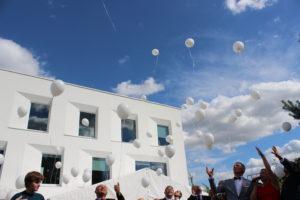 balony-z-helem-wypuszczone-w-niebo-podczas-jubileuszu-w-Opolu