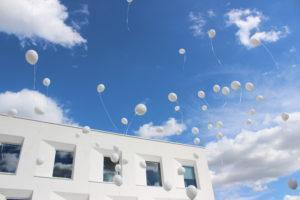 biale-balony-z-helem-wypuszczone-w-niebo