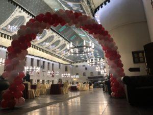dekoracja-balonowa-eventu-walentynkowego-łuk-z-balonów