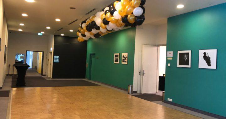 wypuszczenie-balonów-na-uczestników-imprezy