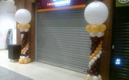 dekoracja-balonowa-na-otwarcie-salonu-twoje-soczewki-w-galerii-kazimierz-w-krakowie-kolumny-z-balonow