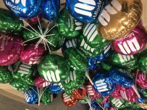 balony-foliowe-z-nadrukiem-napełnione-powietrzem-na-patyczkach-czekaja-na-swoich-wlasicieli