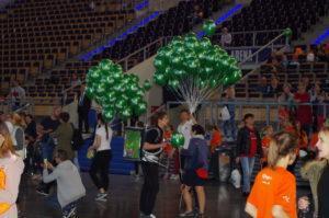 balony-z-logo-z-helem-rozdawane-podczas-doz-maratonu-w-atlas-arena-lodz