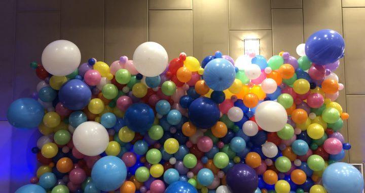 ściana-balonowa-dekoracja-balonowa-w-krakowskim-hotelu-DoubleTree