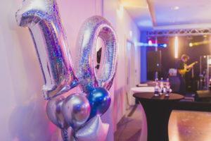 duże balony cyfry z helem w hotelu tworzą dekoracje balonową jubieluszu firmy