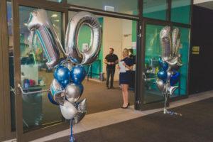 kiście balonowe jako dekoracja na 10 jubileusz firmy w katowickim hotelu Angelo