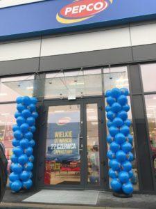 kolumny-balonowe-pepco-koscierzyna-dekoracja-balonowa-przed-wejsciem-do-sklepu