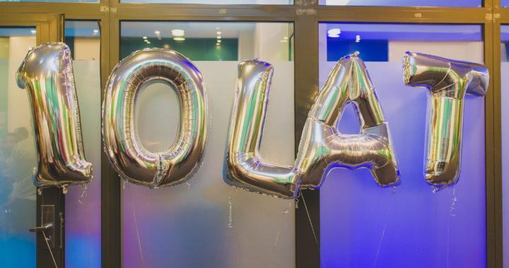 litery i cyfry balonowe foliowe duże z helem w katowickim hotelu Angelo na jubileusz firmy