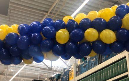atrakcja-balonowa-na-wreczeniu-glownej-nagrody-w-loterii-Castorama-w-Skarzysku-Kamiennej-siatka-z-balonami-grad-balonow