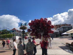 rozdawanie-balonow-przez-hostessy-na-w-Sopocie-na-Monciaku
