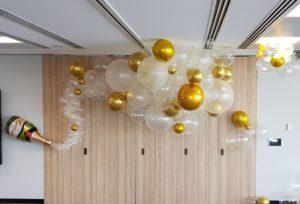 dekoracja-balonowa-szampan-z-balonow-wystrzela-balonowa-piane-tlo-na-impreze