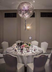 duży-przezroczysty-transparentny-balon-z-konfetti-w-srodku-napelniony-helem-stroik-na-stol-elegancki