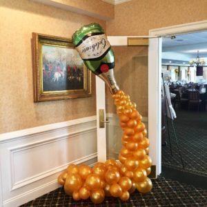 szampan-z-balonow-dekoracja-przed-wejsciem-do-hotelu-na-event