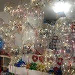 balony-z-czerwonym-konfetti-w-kisciach-kepkach
