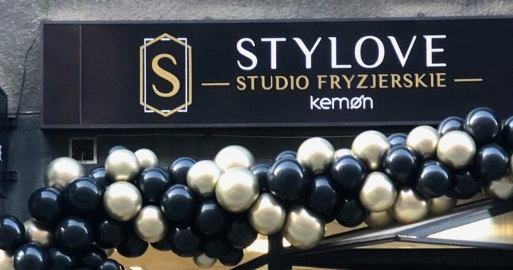 organiczna-dekoracja-balonowa-jako-dekoracja-wejścia-do-salonu-fryzjerskiego-balony-złote-chrom-i-czarne