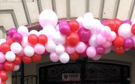 organiczna-dekoracja-balonowa-jako-dekoracja-wejscia-do-restauracji