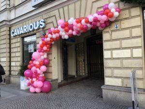 różowe-białe-i-czerwone-balony-dekoracja-wejścia-do-restauracji-w-warszawie-na-nowy-świecie